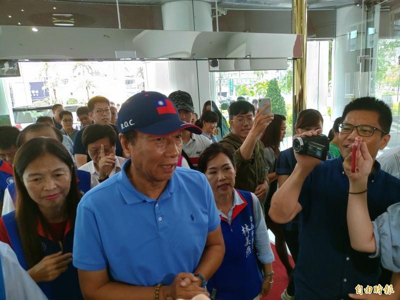 郭台銘今赴台南市議會拜會國民黨團,受到國民黨籍議員及支持者熱情歡迎。(記者蔡文居攝)