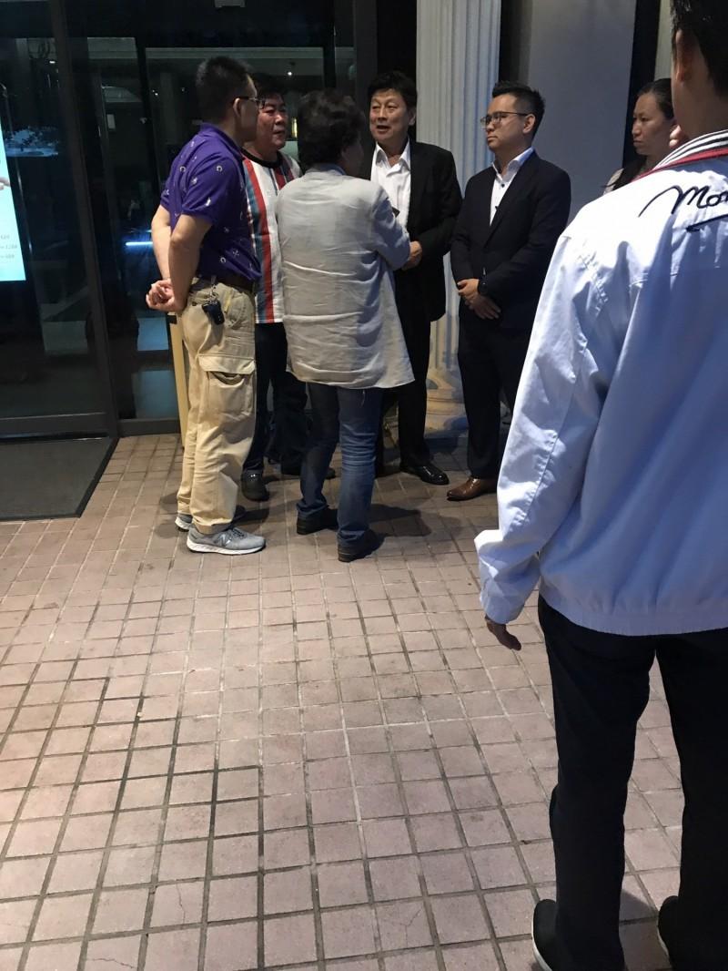 國民黨新科議員黃健豪(圖後方右一)昨天登記結婚,新婚之夜卻參加國民黨團與傅崐萁的餐會。(讀者提供)