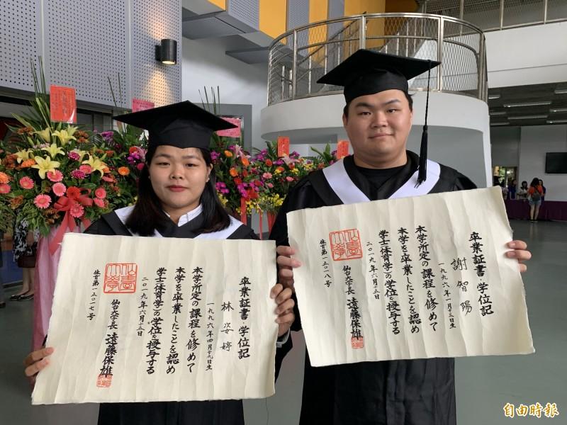 林姿婷(左)、謝智陽喜獲台日雙聯學位。(記者張存薇攝)