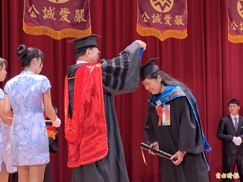 台東大學今天舉辦畢業典禮,千位學子開心畢業。(記者張存薇攝)
