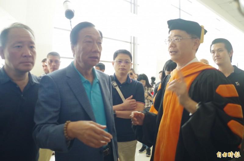 郭台銘(左二)受訪質疑特定電視台「中間」媒體的背後動機。(記者王善嬿攝)