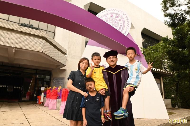 清華大學今天舉行畢業典禮,其中代表畢業生致詞的楊宗杰花11年取得電機博士,他的妻子和3個兒子也出席分享榮耀,他說,能在工作後讀博士,雖很辛苦,但他做到了。(記者洪美秀攝)