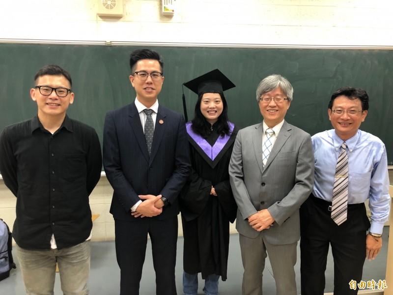 清華大學副教授葉慧菁(中)雖早在15年前就取得生科博士學位,但她努力向學,今年再獲法律學士文憑,她說,雖然過程不容易,但卻有很多樂趣,她還要繼續考律師或司法官,挑戰能力與極限。(記者洪美秀攝)