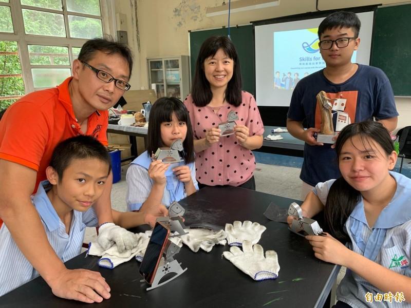 Skills for U課程帶領技職國手前進偏鄉學校,教青少年玩創意。(記者翁聿煌攝)