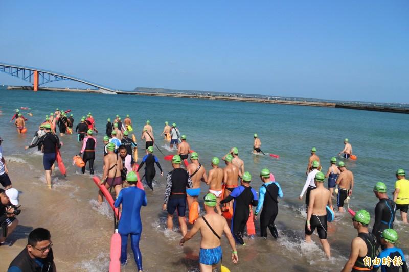 今年泳渡澎湖灣,計有1600餘位選手參加。(記者劉禹慶攝)