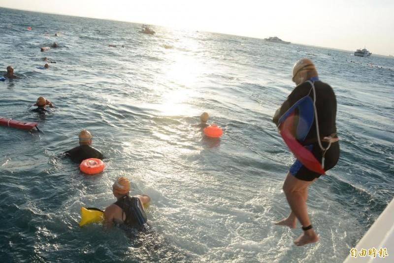 今年泳渡澎湖灣首次更改,泳渡組由船上跳海卻傳出憾事。(記者劉禹慶攝)