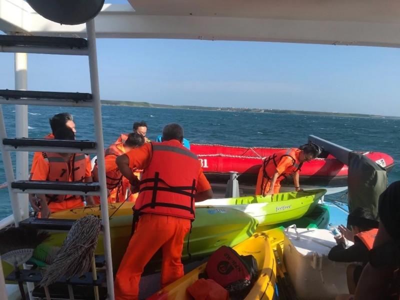 澎湖海巡隊協助救護獨木舟及人員,顯示風浪過大。(澎湖海巡隊提供)
