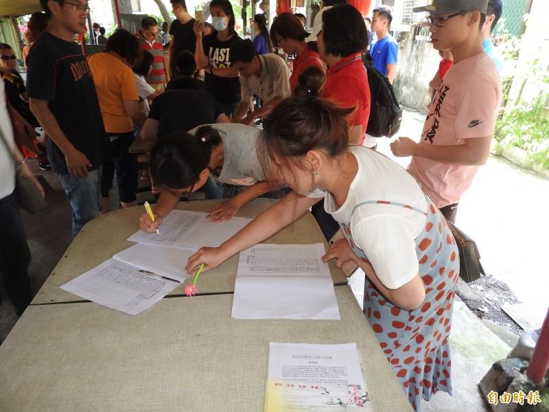 50多位受害民眾今天到臭豆腐前連署,要求業者說明真相與道歉、求償。(記者佟振國攝)