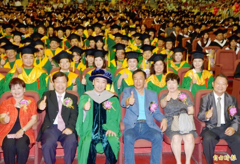 鴻海董事長郭台銘(前排右3)與崑山科大師長、畢業生們合影。(記者吳俊鋒攝)