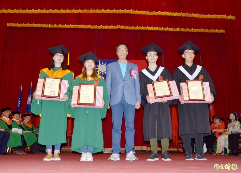 鴻海董事長郭台銘(中)還擔任頒獎嘉賓,表揚優秀畢業生。(記者吳俊鋒攝)