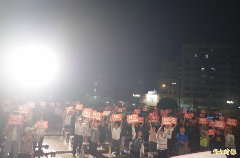 台灣制憲基金會今晚在嘉義市舉辦演講會,現場觀眾齊舉「NO CHINA」牌子,表達拒絕一國兩制訴求。(記者王善嬿攝)
