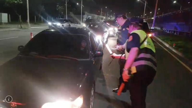 警方針對下匝道的車輛攔查檢測。(記者許國楨翻攝)