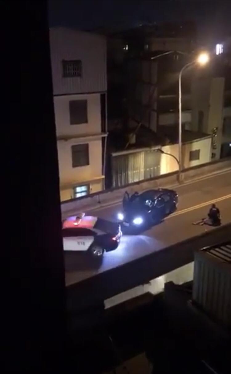 警方使出大外割將男子壓制在地。(記者魏瑾筠翻攝)