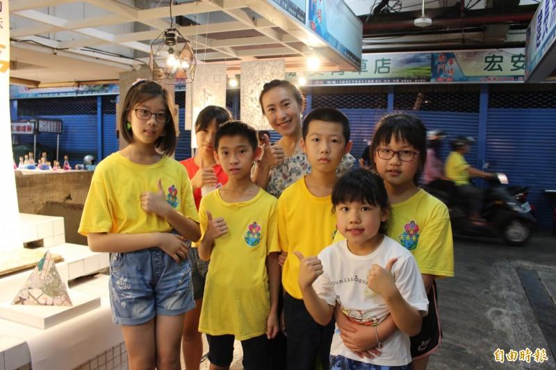 南郭國小在彰化市南門市場舉辦展覽,作法創新。(記者張聰秋攝)