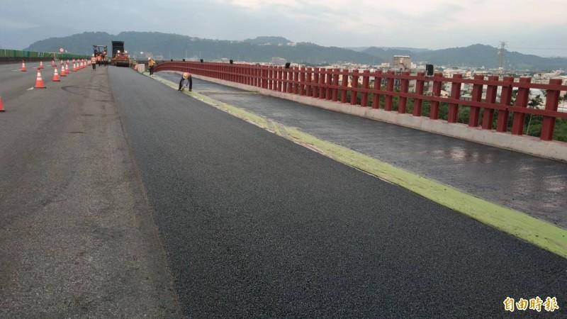 國道四號豐勢交流道17日起將封閉,高公路在國道4號14.9公里處施作鋼便橋,以紓解東行車流。(記者歐素美攝)