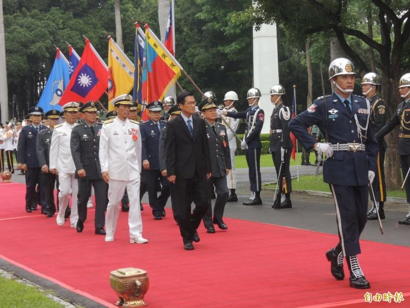 陸軍官校舉行建校95週年校慶,由國防部長嚴德發主持閱兵。(記者蔡清華攝)