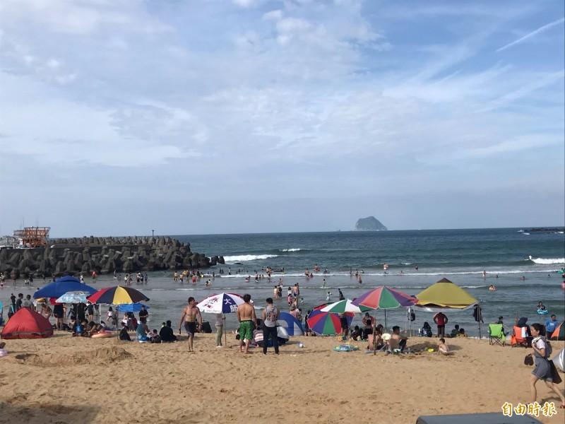 陳男在大武崙沙灘戲水時,差點體力不支游不回來(記者吳昇儒攝)