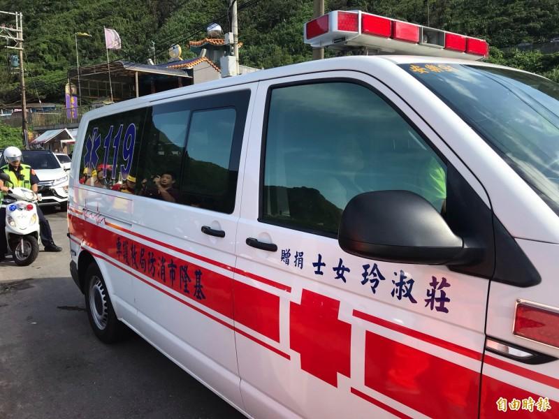 陳男搭上救護車前往醫院檢查(記者吳昇儒攝)