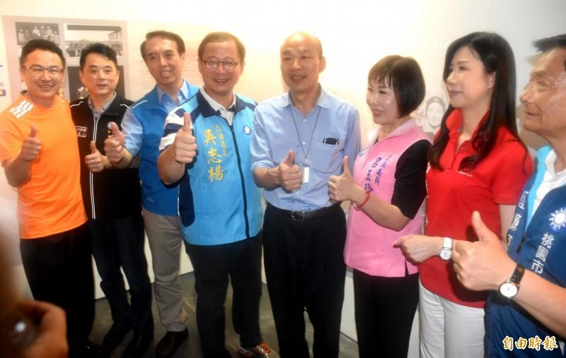 韓國瑜在國民黨多位立委參選人陪同謁陵。(記者李容萍攝)