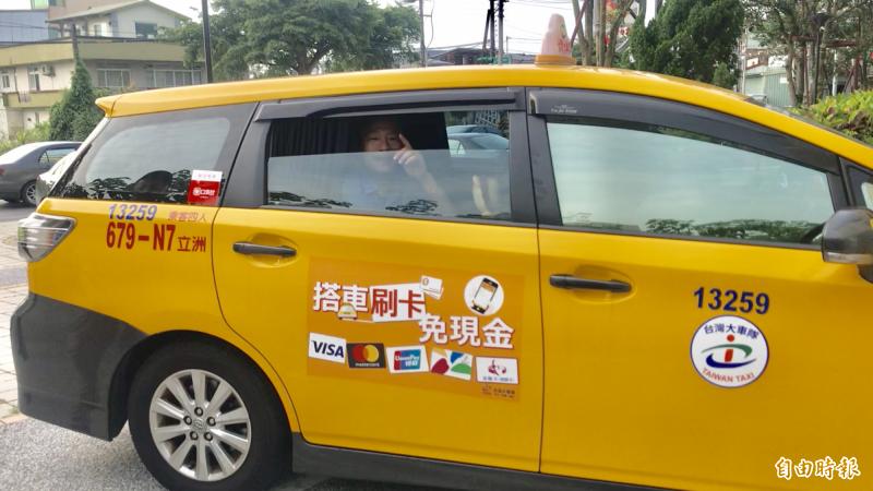 韓國瑜搭乘計程車前往大溪頭寮陵寢謁陵,返程還到大溪警分局借厠所。(記者李容萍攝)