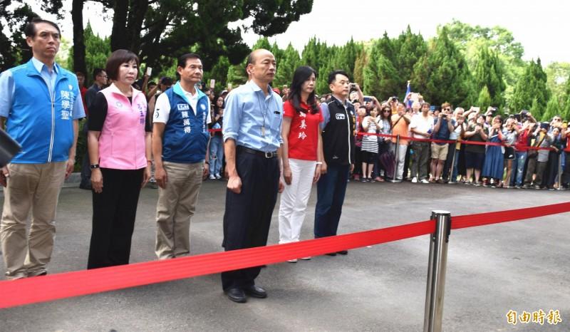 韓國瑜等人前往大溪頭寮陵寢向故總統蔣經國追思致敬。(記者李容萍攝)