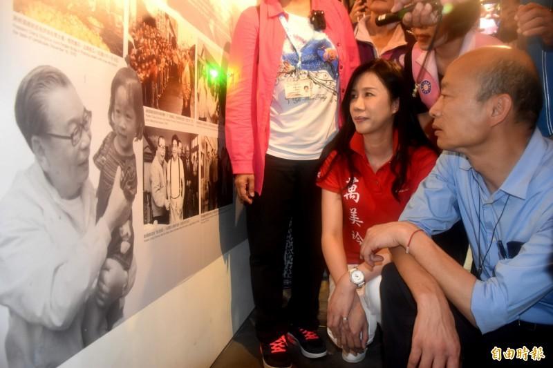韓國瑜到大溪頭寮陵寢謁陵後,前往陵寢對面的經國纪念館參觀,仔細觀看每張照片和文物。(記者李容萍攝)