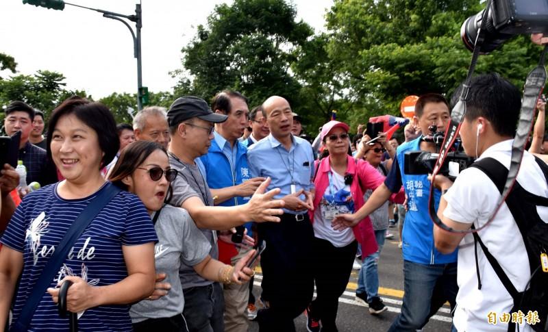韓國瑜在支持者簇擁下等人前往大溪頭寮陵寢向故總統蔣經國追思致敬。(記者李容萍攝)
