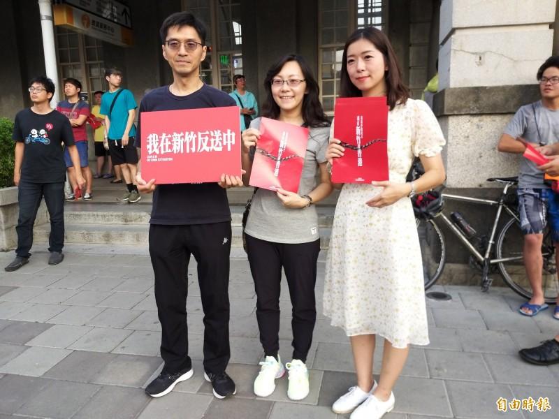 時代力量新竹黨部今天在新竹火車站前廣場發起「我在新竹撐香港」行動,向旅客宣講及分送反送中傳單,手持「我在新竹反送中」牌子合影表達支持。(記者廖雪茹攝)