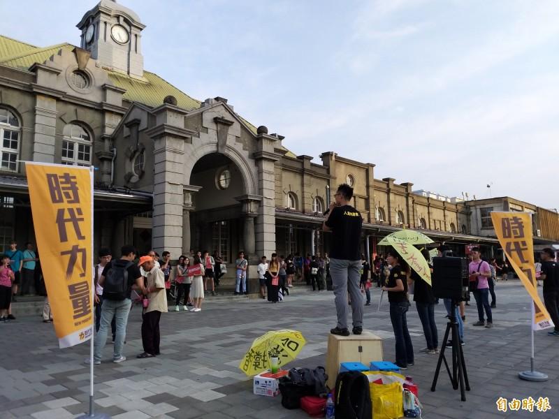 時代力量新竹黨部今天下午5點許,在新竹火車站前廣場發起「我在新竹撐香港」行動,向旅客宣講及分送反送中傳單,不少旅客佇足聆聽。(記者廖雪茹攝)