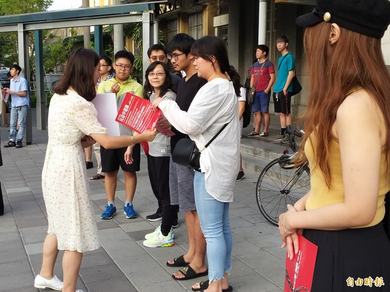 時代力量新竹黨部在新竹火車站前廣場發起「我在新竹撐香港」行動,立委參選人高鈺婷向旅客分送反送中傳單。(記者廖雪茹攝)