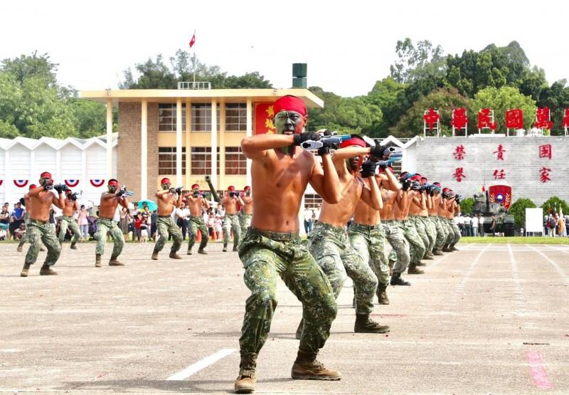 陸軍官校今日舉辦營區開放,並進行多項精彩的動態表演。(陸軍提供)
