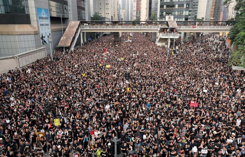 為促使香港政府撤回「送中惡法」,香港民眾16日再度走上街頭。(路透)