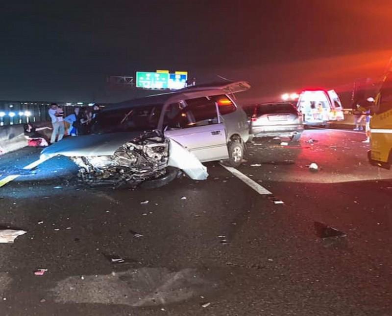 國道3號彰化路段今晚驚傳5車連環追撞,造成11人受傷送醫,現場一片狼藉。(翻攝臉書《職業聯結車 大貨車 大客車 拉拉隊 運輸業 照片影片資訊分享團》 )