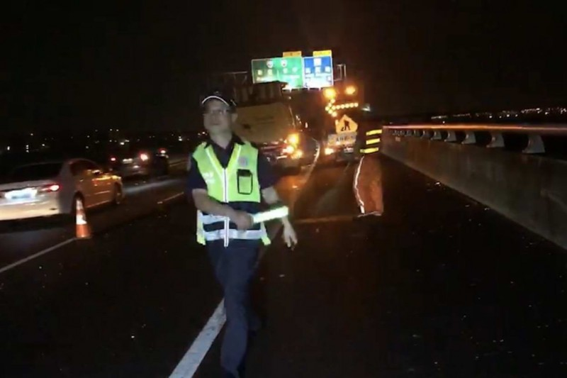 國道3號彰化路段今晚驚傳5車連環追撞,造成11人受傷送醫,國道七隊員警現場指揮交通。(記者湯世名翻攝)