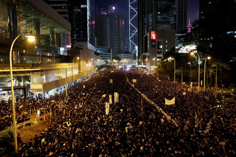 香港民眾16日「反送中」大遊行,主辦單位表示總人數接近200萬,該數字約佔香港人口的27%,顯見人心向背。(路透)
