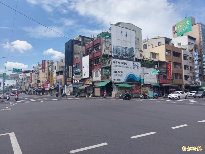 有目擊民眾在民族路及吳鳳北路口,看到婦人遭撞還被拖行。(記者王善嬿攝)