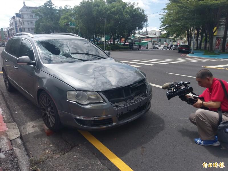 肇事車輛擋風玻璃都破裂。(記者王善嬿攝)