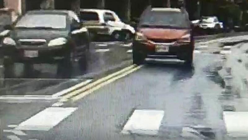 彰化和美彰美路五段接連出現車輛跨越雙黃線,直接開到對向車道來超車。(記者劉曉欣翻攝)