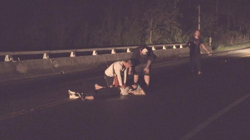 赫見民眾透過消防人員線上指導,為倒地婦人施予CPR。(記者陳賢義翻攝)