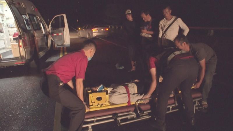 救護人員將誤撞水牛的婦人急送醫。(記者陳賢義翻攝)