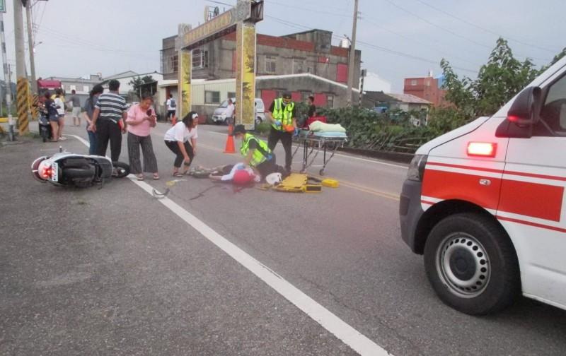 鄧姓女子騎機車摔倒,當場無生命跡象,消防隊員趕抵進行急救。(圖﹕通霄救難協會提供)