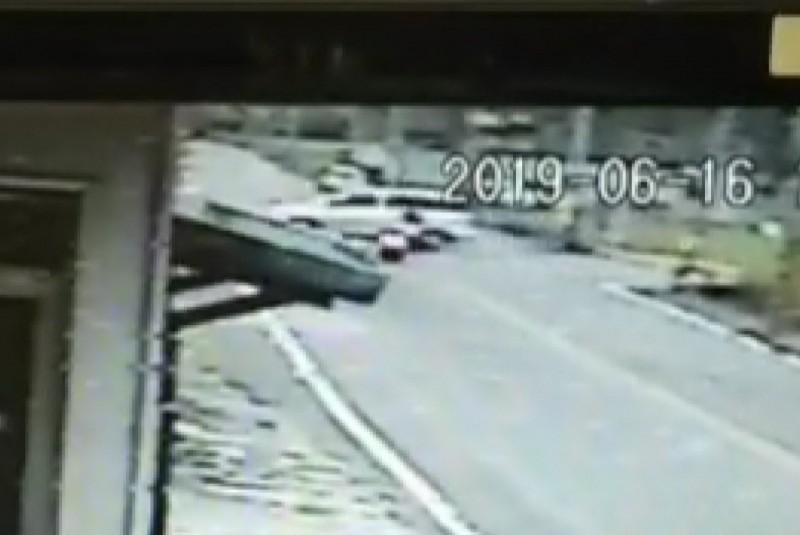 家屬依監視系統發現小客車疑與機車發生碰撞,駕駛涉嫌肇事逃逸。(圖:家屬提供)