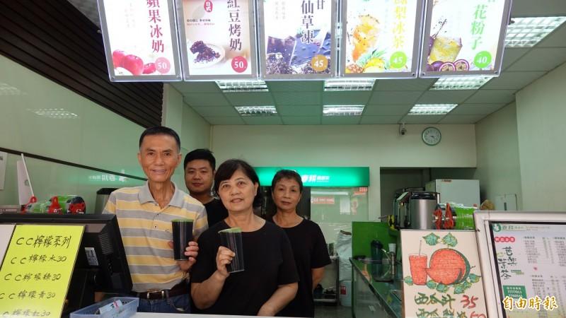 鹿港「春耕風味茶」由張聰文、范四梅夫妻檔創業,店內員工也很資深。(記者劉曉欣攝)