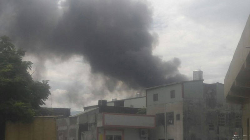 斗六工業區黑煙直衝天際,台日古河銅箔公司發生火災。(記者詹士弘翻攝)