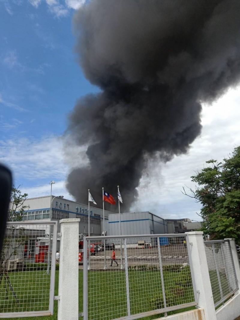 廠房竄出濃煙。(斗六市民代表張智賓提供)