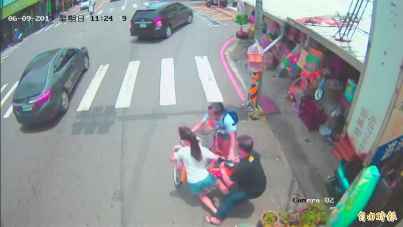 台中當舖日友機車借錢分享台中當地新聞-陳銘輝(右)及時拉住暈厥的女學生。(記者張軒哲攝)