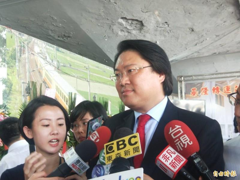 基隆市長林右昌表示,防疫在任何一個市長都是最重要的,會盡一切辦法做,但不太需要糾結在錢上,韓市長畫錯重點了。(記者俞肇福攝)