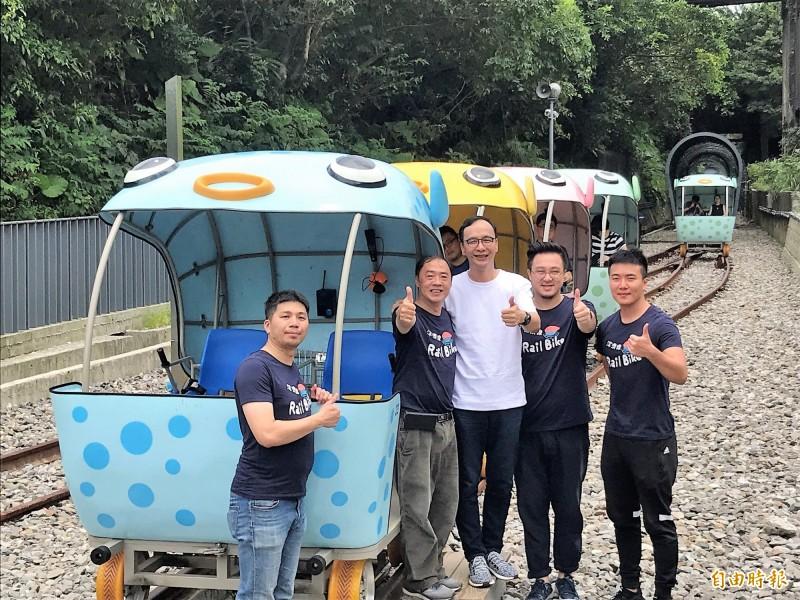 前新北市長朱立倫(右三)到深澳體驗鐵道自行車。 (記者林欣漢攝)