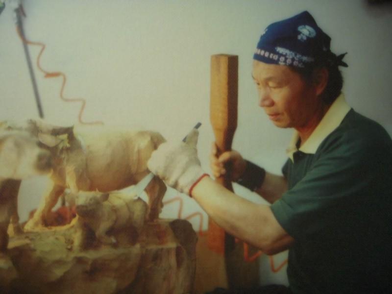 黃國男於2010年8月過世,享壽76歲;他一生與木雕為伍,於1988年獲得全省木雕創作比賽第2名,2001年入選首屆傳統工藝獎,作品呈現細膩的鄉土人物,創作歷程可以說是見證三義木雕發展史。(圖由家屬提供)
