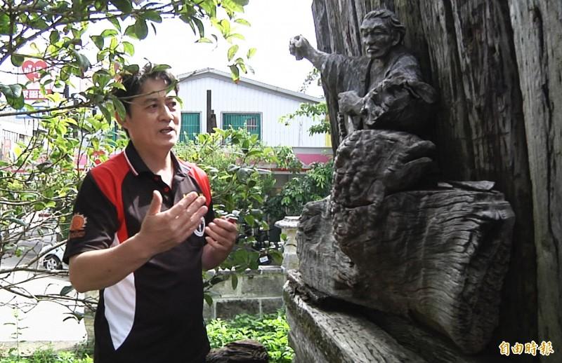 黃祈翔說明,父親這件木雕作品,是以木雕工作者工作時的形象為創作,右手高舉,本來有一根木槌,左手則是拿了一支刻刀,但如今木槌、刻刀都已損壞。(記者彭健禮攝)